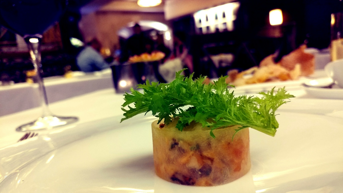 מסעדת לה רג'נס כשרה במלון קינג דיויד סלמון צרוב עם ג'ינג'ר ותפוח