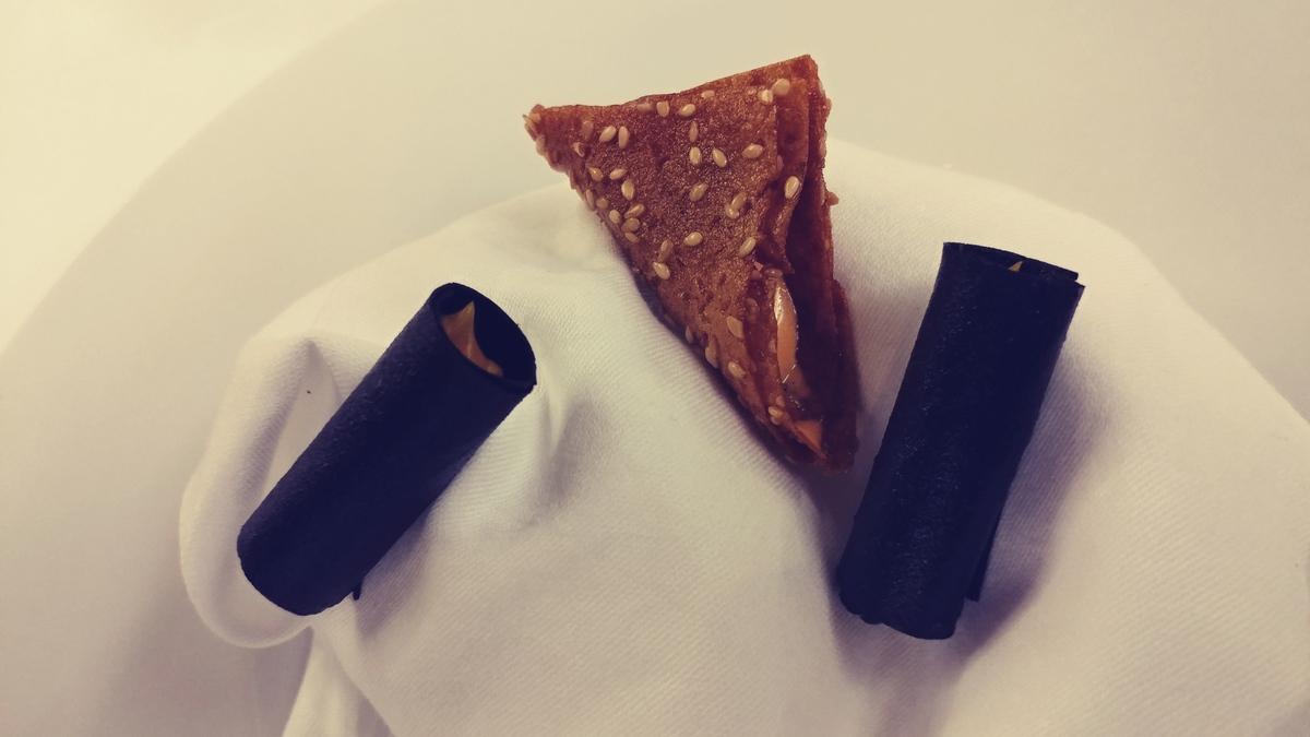 מסעדת לה רג'נס כשרה במלון קינג דיויד בורקס תפוחי אדמה במילוי קרם גמבה וגליל שום שחור במילוי קרם בטטה