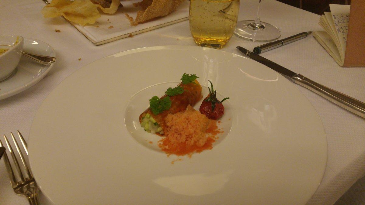 מסעדת לה רג'נס כשרה במלון קינג דיויד לדר עגבניות ממולא בסלט אינטיאס