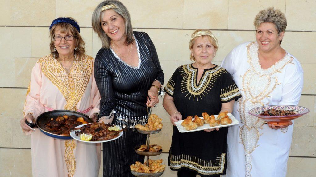 נשים מבשלות אוכל כשר מעדות שונות אוכל מרוקאי, בוכרי, אירופאי, ישראלי וגם טבעוני