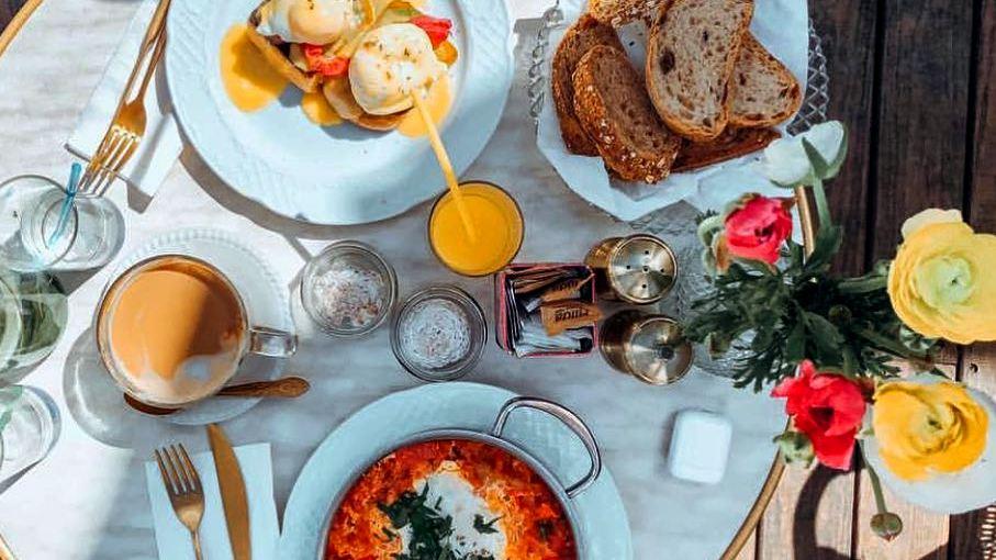 לורנץ ומינץ בית קפה כשר בתל אביב ארוחת בוקר בגינה