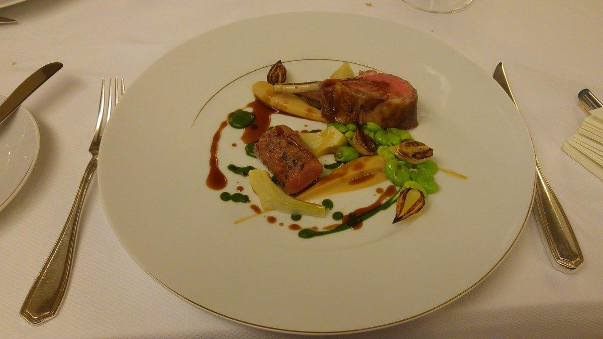 מסעדת לה רג'נס כשרה במלון קינג דיויד צלע טלה קרם שורש פטרוזיליה קרם פטרוזיליה ארטישוק ובצל צרוב