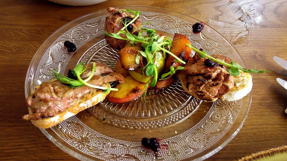 מסעדת שאלוט ברוסקטת כבד ברווז צלוי עם קולי דובדבנים חמצמץ