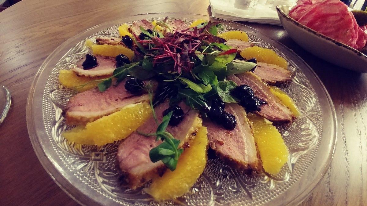 מסעדת שאלוט מניפת חזה ברווז צלוי ברוטב פירות יער והדרים
