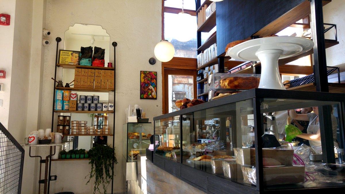 מילק בייקרי בית קפה וקונדיטוריה כשרה ביפו פנים בית הקפה