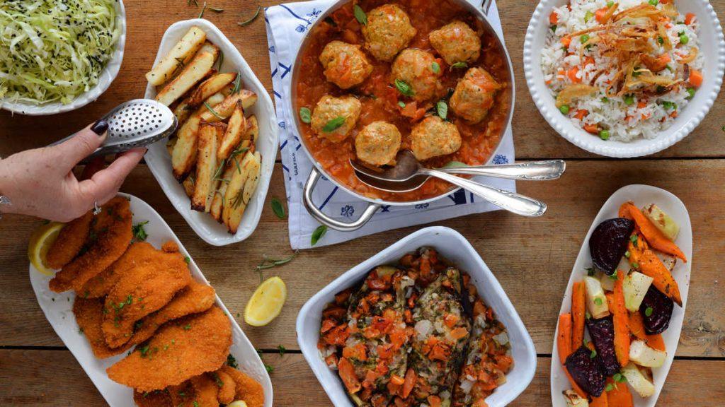 נשים מבשלות אוכל מוכן כשר לארוחת ראש השנה
