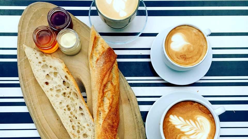 לחם וחברים בית קפה כשר בתל אביב באגט וקפה
