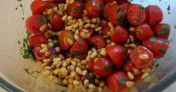 סלט עגבניות עם כוסברה וצנוברים